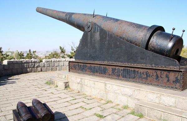 从萨拉热窝到索姆河,第一次世界大战留给世人的记忆各异。在距离战争爆发地七千多公里的中国青岛,曾目睹列强的争斗与企图。1914年8月23日,日本攻打德国驻青岛军队。11月7日,德军战败,青岛落入日本人手中。一百年后,经历过战争的人们已远去,而这座中国东部的海港城市却始终带着一战痕迹。带着对历史的敬畏,记者追寻一战炮火的痕迹,青岛山炮台、浮山所古银杏林立的高楼与潮汐碧波之间,还有蛛丝马迹记录着那段历史。 【青岛山炮台】 旋转嘹望塔监控入海口 青岛山炮台一直是许多青岛人认为很