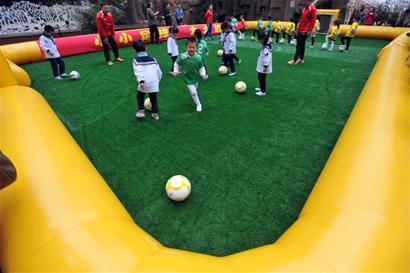 该幼儿园在大中班开设了足球课